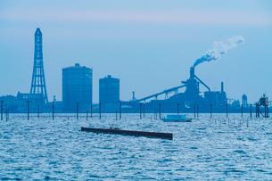 東京湾に伸びる江川海岸の海中電柱の写真素材 [FYI01821618]