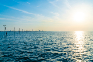 東京湾に伸びる江川海岸の海中電柱の写真素材 [FYI01821642]