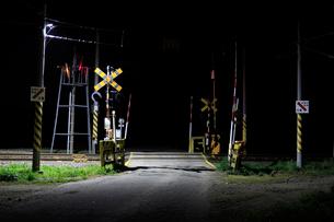 夜の踏切の写真素材 [FYI01821647]