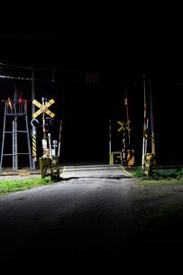 夜の踏切の写真素材 [FYI01821670]