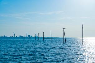 東京湾に伸びる江川海岸の海中電柱の写真素材 [FYI01821759]