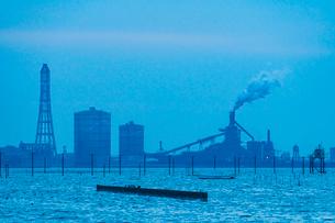 東京湾に伸びる江川海岸の海中電柱の写真素材 [FYI01821791]