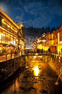 冬の銀山温泉の写真素材 [FYI01821997]