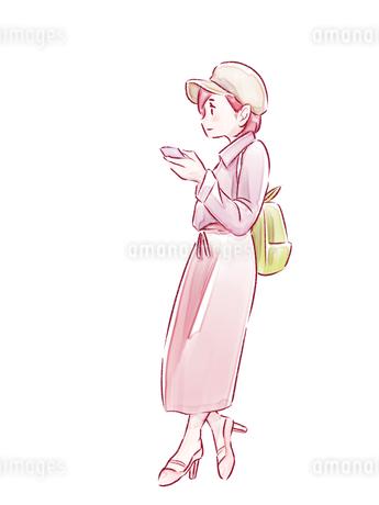 寄りかかってスマホを見ているピンクの服の女の子のイラスト素材 [FYI01822006]