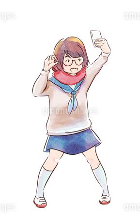 スマホで自撮りするメガネの女子高生のイラスト素材 [FYI01822044]