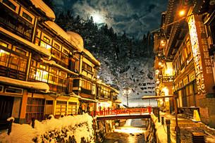 冬の銀山温泉の写真素材 [FYI01822047]