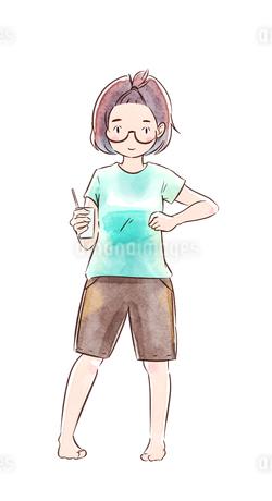 グラスを持ったメガネの女の子のイラスト素材 [FYI01822077]