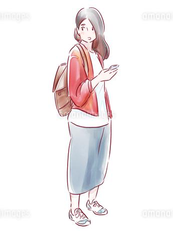 スマホを持った赤い上着の女の子のイラスト素材 [FYI01822091]