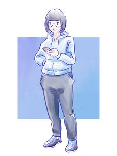 スマホを持った青いスウェットの女の子のイラスト素材 [FYI01822100]
