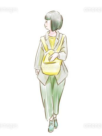 リュックを前に持った緑の服の女の子のイラスト素材 [FYI01822159]