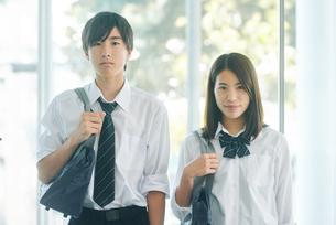 カバンを持って並んで立つ男女の高校生の写真素材 [FYI01822346]