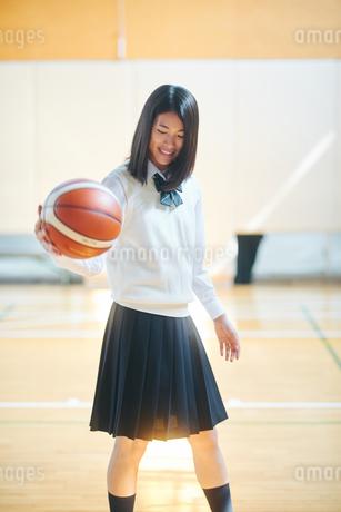 体育館でバスケをする女子高生の写真素材 [FYI01822371]