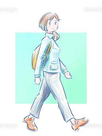 歩いている緑の服の女の子のイラスト素材 [FYI01822378]