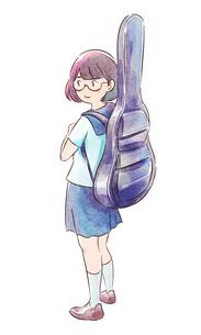 ギターケースを背負ったメガネの女子高生のイラスト素材 [FYI01822381]