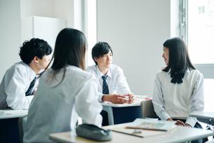 教室で話し合う高校生の写真素材 [FYI01822400]