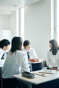 教室で話し合う高校生の写真素材 [FYI01822406]