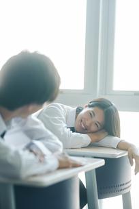 休み時間に教室で談笑する男女の高校生の写真素材 [FYI01822416]