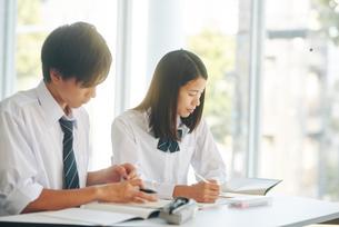 自習室で勉強をする男女の高校生の写真素材 [FYI01822420]