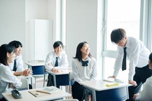 休み時間に教室で雑談する高校生の写真素材 [FYI01822443]