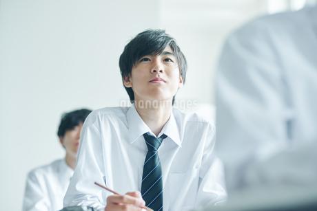 教室でを授業を受ける男子高校生の写真素材 [FYI01822461]