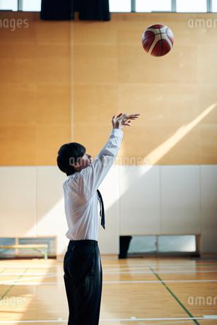 放課後にバスケをする男子高校生の写真素材 [FYI01822467]