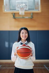 体育館でバスケットボールを持つ女子高生の写真素材 [FYI01822472]