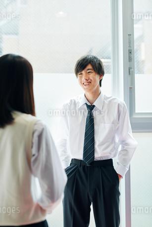 踊り場で話す男女の高校生の写真素材 [FYI01822473]