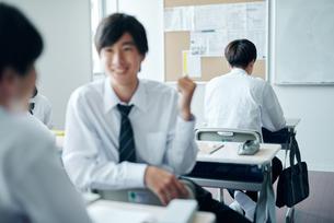 休み時間を教室で過ごす男子高校生の写真素材 [FYI01822481]