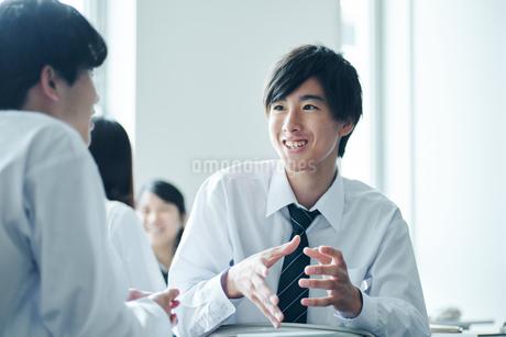 教室で雑談する男子高校生の写真素材 [FYI01822496]