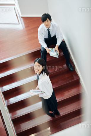 階段で話す男女の高校生の写真素材 [FYI01822500]