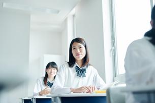 教室でを授業を受ける女子高校生の写真素材 [FYI01822503]