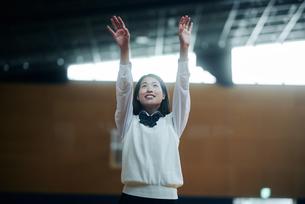 体育館でバスケットボールをしている女子高生の写真素材 [FYI01822504]