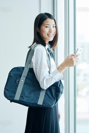 スマートフォンをチェックしている女子高生の写真素材 [FYI01822511]