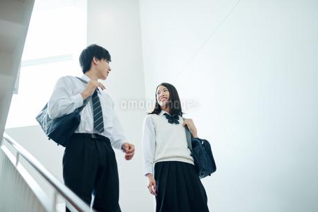 教室移動で談話する男女の高校生の写真素材 [FYI01822513]