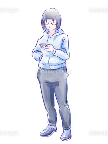 スマホを持った青いスウェットの女の子のイラスト素材 [FYI01822515]