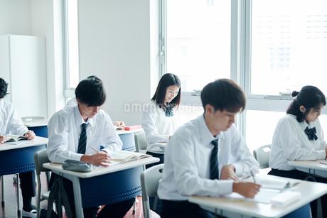 教室で授業を受ける高校生の写真素材 [FYI01822525]