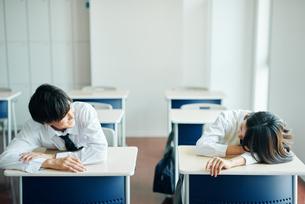 休み時間に教室で談笑する男女の高校生の写真素材 [FYI01822539]
