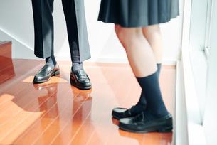 踊り場で話す男女の高校生の足元の写真素材 [FYI01822558]