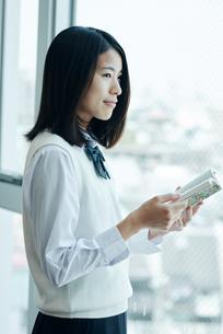 窓際で本を読む女子高校生の写真素材 [FYI01822567]