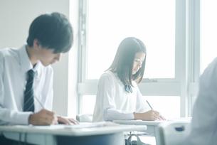 教室で模試を受ける女子高生の写真素材 [FYI01822568]