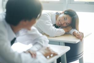 休み時間に教室で談笑する男女の高校生の写真素材 [FYI01822579]