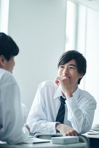 教室で雑談する女子高校生の写真素材 [FYI01822580]