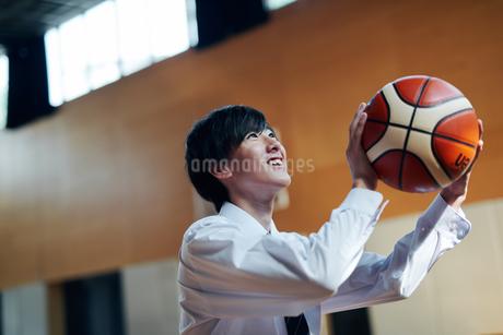 放課後にバスケをする男子高校生の写真素材 [FYI01822584]