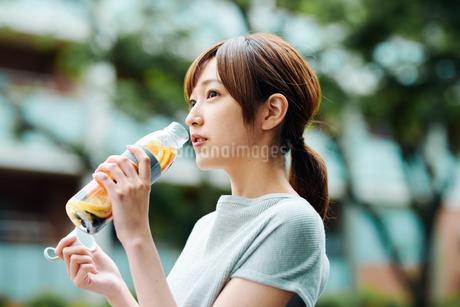 デトックスウォーターで水分補給をする若い女性の写真素材 [FYI01822599]