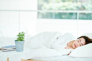 寝ている女性の写真素材 [FYI01822602]