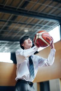 放課後にバスケをする男子高校生の写真素材 [FYI01822603]