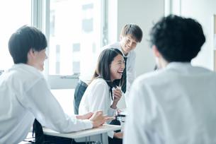 教室で談笑する高校生の写真素材 [FYI01822607]