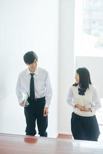 教室移動で談話する男女の高校生の写真素材 [FYI01822611]