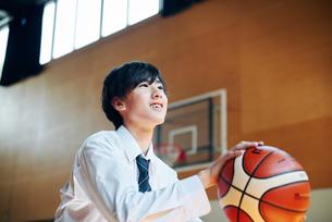 放課後にバスケをする男子高校生の写真素材 [FYI01822614]