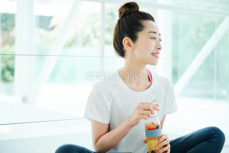 デトックスウォーターを手に笑顔の女性の写真素材 [FYI01822615]